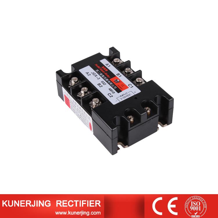 一、单相固态继电器的型号与选购 单相固态继电器一般标记有着输入电流与输入电压,输出电流与电压,通态平均电流,频率与适应工作环境温度和详细的外形尺寸。一般在我们选购固态继电器的时候,要了解需要的型号尺寸团与电流电压情况,详细情况不了解的我们可以询问昆二晶技术人员,说明自己的电流电压需要即可。在产品的外形部分的标签会表明产品的规格信息。一定要确认自己安装的型号是正确的,防止出现上面安装出错和不能使用情况。  二、适合自己的正确选择单相固态继电器 选择适合自己的单相固态继电器,不但要看清楚产品上面的型号与电流电